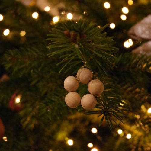 diy-suspension-noel-perles-bois-christmas-ornament