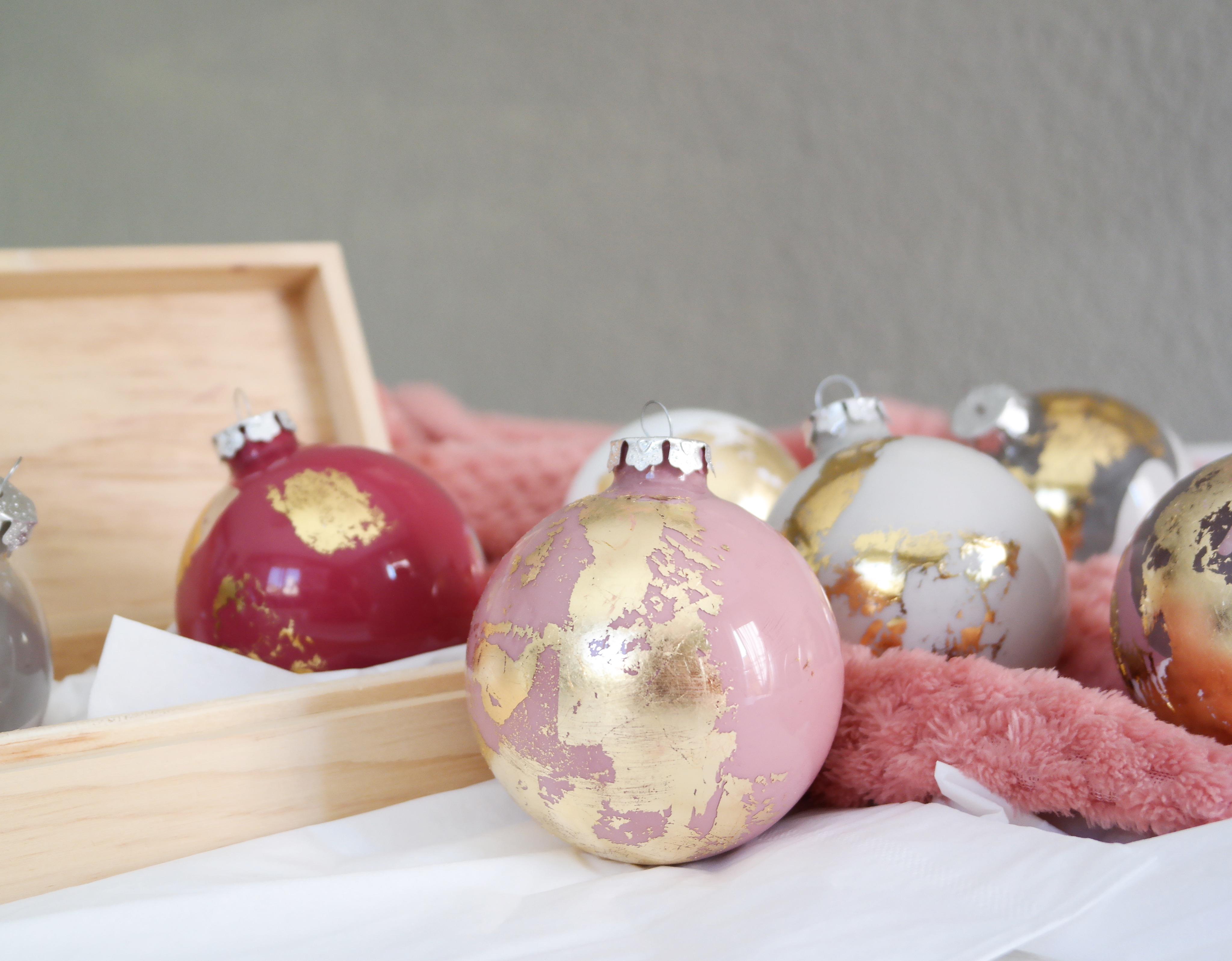 Boule De Noel à Peindre DIY   BOULES DE NOËL DORÉES & POUDRÉES   Stacey Stachetti