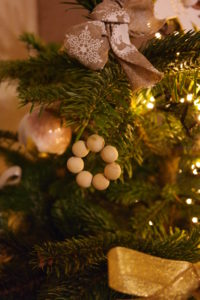 diy-suspension-noel-perles-bois-christmas-ornament